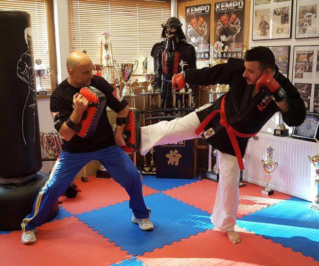 Liviu Guță s-a apucat de arte marțiale! A reușit lovituri spectaculoase cu pumnii și cu picioarele / FOTO