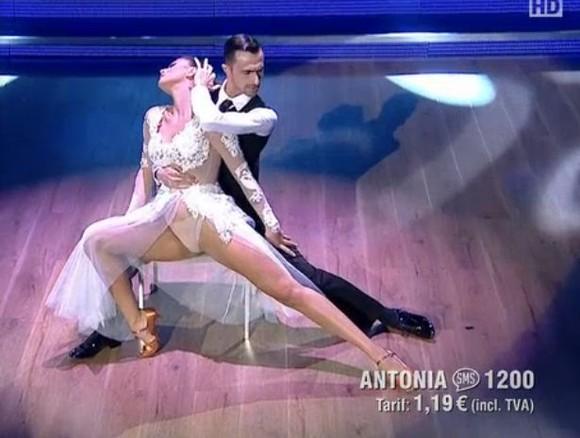 Antonia și-a arătat lenjeria intimă în direct la tv. S-a văzut tot când a ridicat piciorul