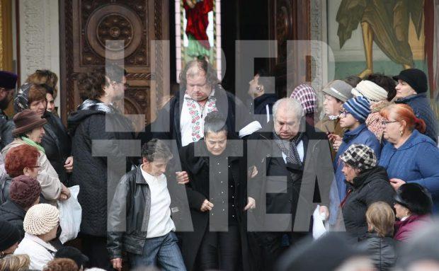 Scene șocante la înmormântarea Ilenei Ciuculete. Corneliei Catanga i s-a făcut rău în biserică