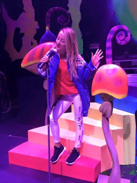 Flavia Mihășan mimează cântatul