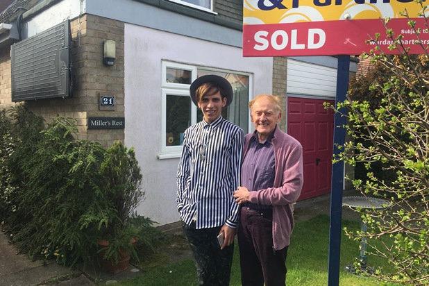 Philip Clements și Florin Marin in fata casei lor din Susex