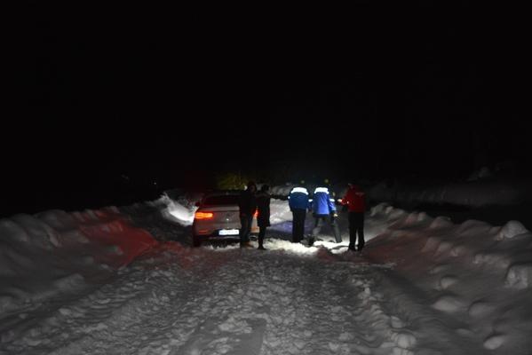 Cinci turişti au rămas blocaţi în zăpadă pe Transalpina