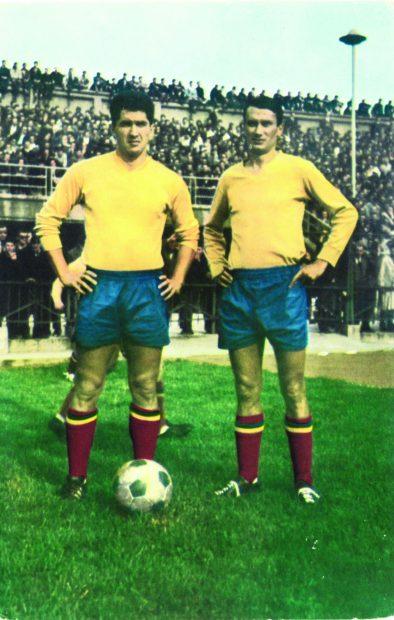 Amintire de preţ - prima fotografie color, în tricoul Naţionalei, alături de colegul de la Petrolul - Badea
