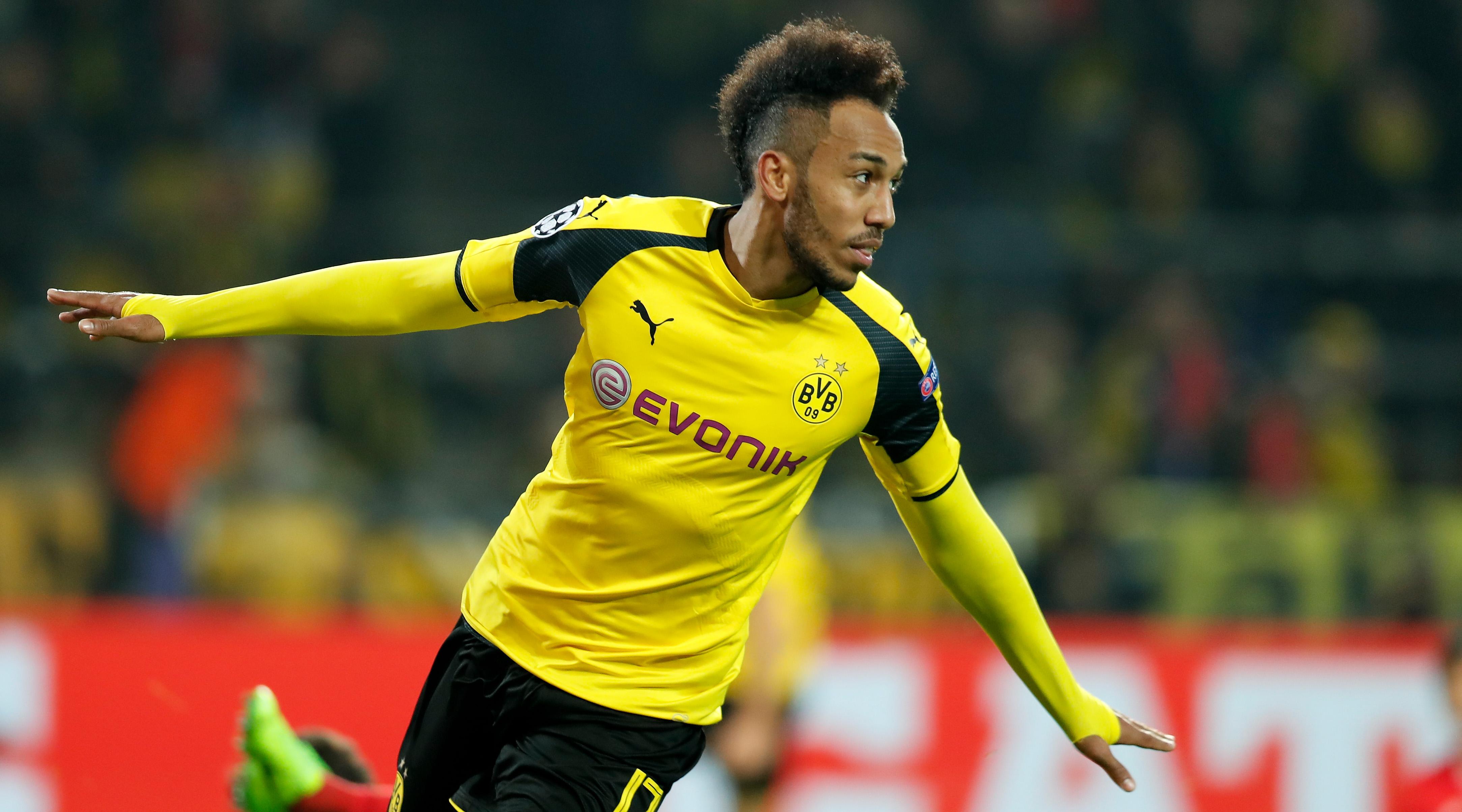 Pierre-Emerick Aubameyang, atacantul Borussiei Dortmund, bucurându-se pentru un gol marcat în poarta Benficăi Lisabona, în optimile de finală ale Ligii Campionilor. (FOTO: EPA)