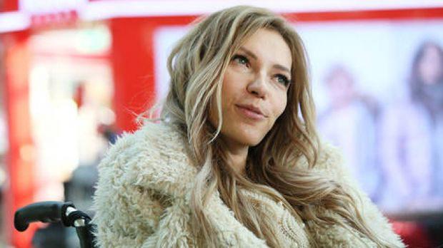 Iulia Samoilova e o tânără cântăreață țintuită într-un scaun cu rotile