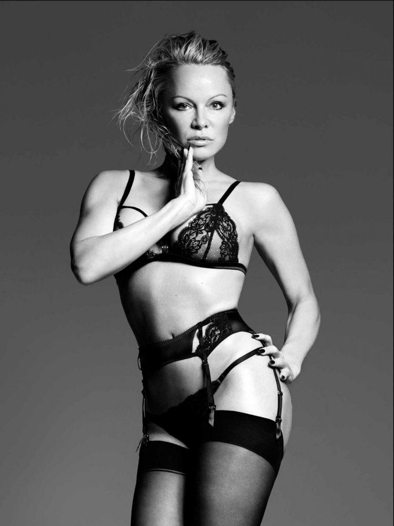 FOTO | Spectaculos! La 49 de ani, Pamela Anderson a pozat în lenjerie erotică