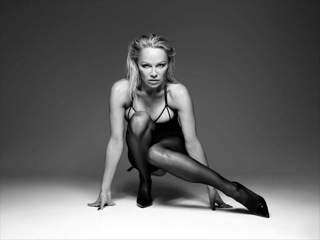 Pamela Anderson a pozat în lenjerie erotică