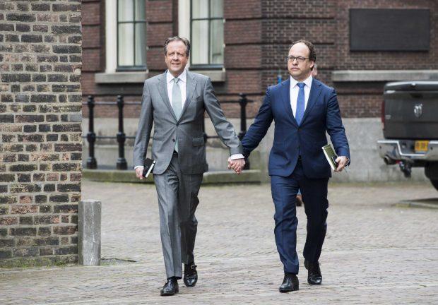 Sute de bărbați s-au ținut de mână în Olanda într-un marș de protest față de atcurile homofobe din ultima perioadă