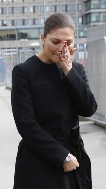Printesa Victoria plânge la locul în care a avut loc atentatul din Stockholm