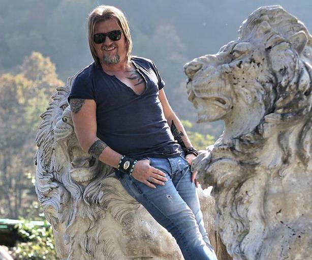 Folkistul Adrian Sărmășan, globetrotter-ul care a văzut lumea în ciocate și cu chitara în bagaj!