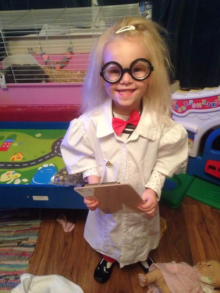 O fetiță de cinci ani nu poate să fie … pieptănată. Micuța suferă de sindromul părului de nepieptănat, la fel ca Albert Einstein