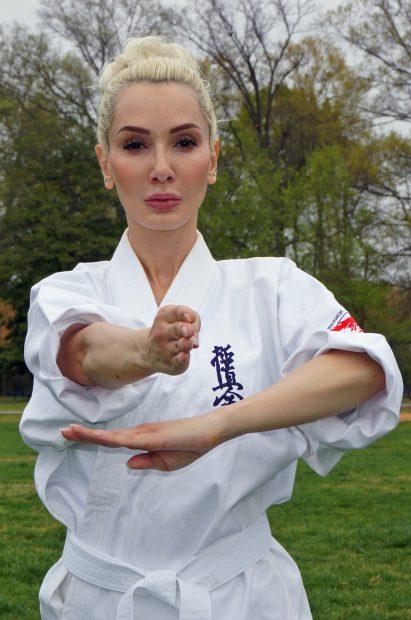 Un multiplu campion la karate și scriitoarea Ioana Lee promovează sportul românesc în SUA