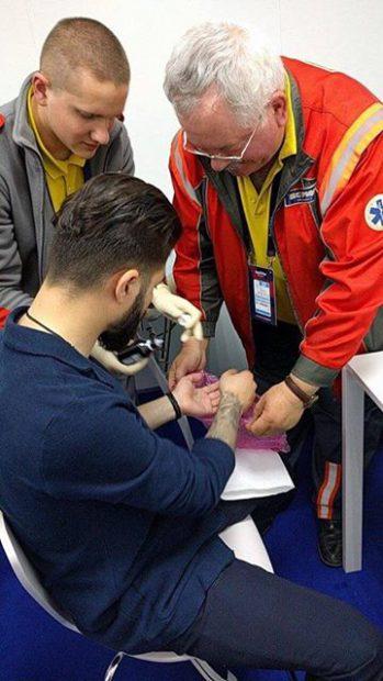 Alex Florea, reprezentantul României la Eurovision, s-a accidentat pe scena de la Kiev. Artistul a căzut și s-a tăiat la mână