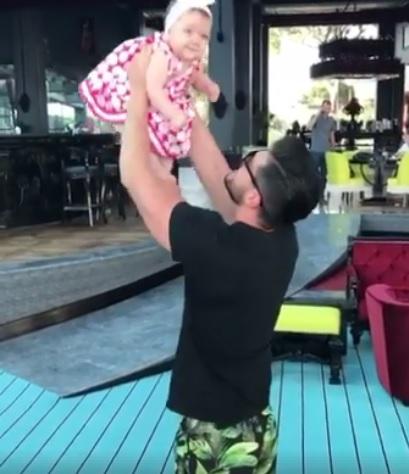 Victor Slav, un tată fericit. Cum a fost surprins alături de micuța lui. Bianca a filmat momentul