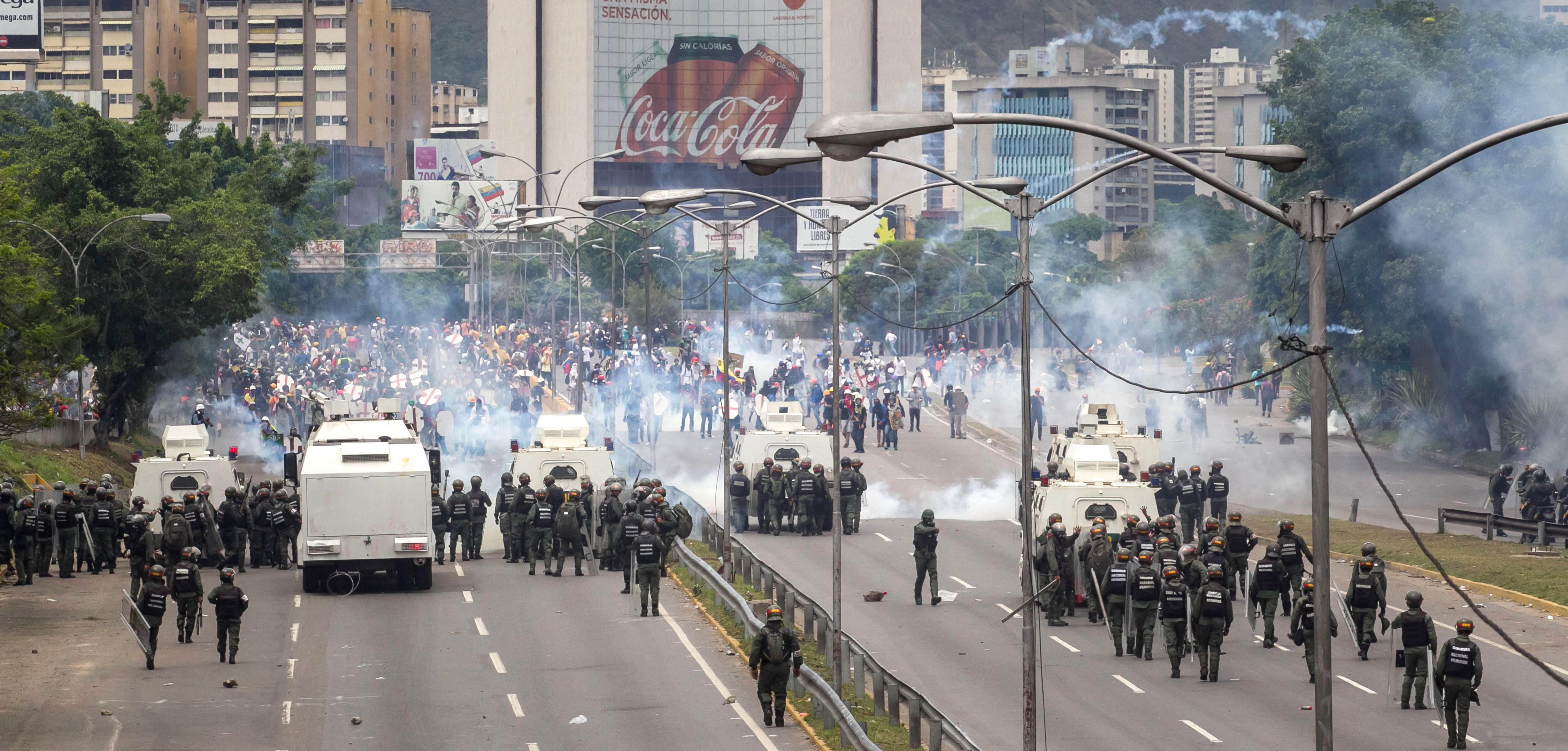 Lupte de stradă în Venezuela. Peste 180 de oameni au fost răniți în confruntări | FOTO