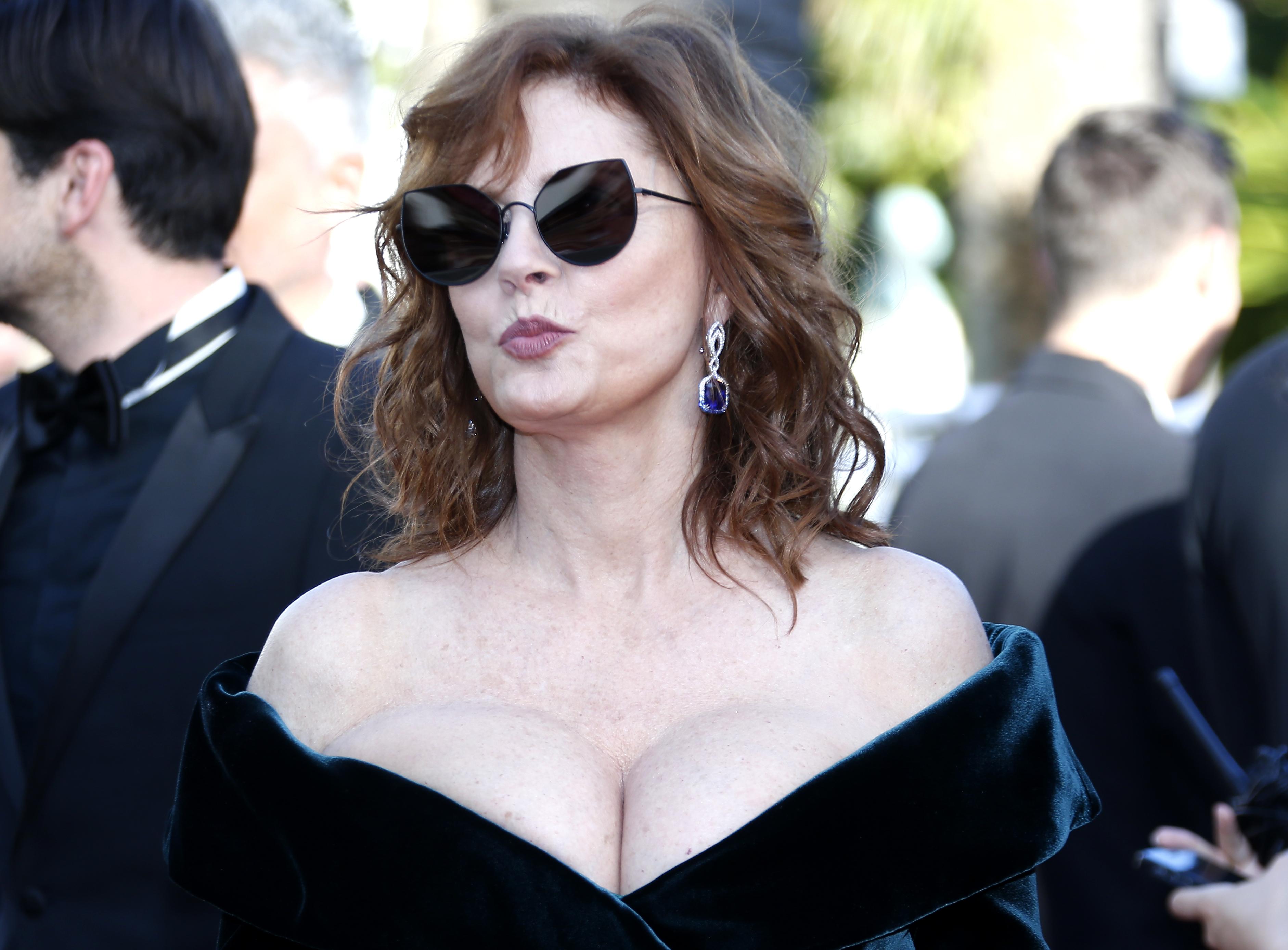 Susan Sarandon, apariție spectaculoasă la Cannes! Actrița în vârstă de 70 de ani a afișat un decolteu generos