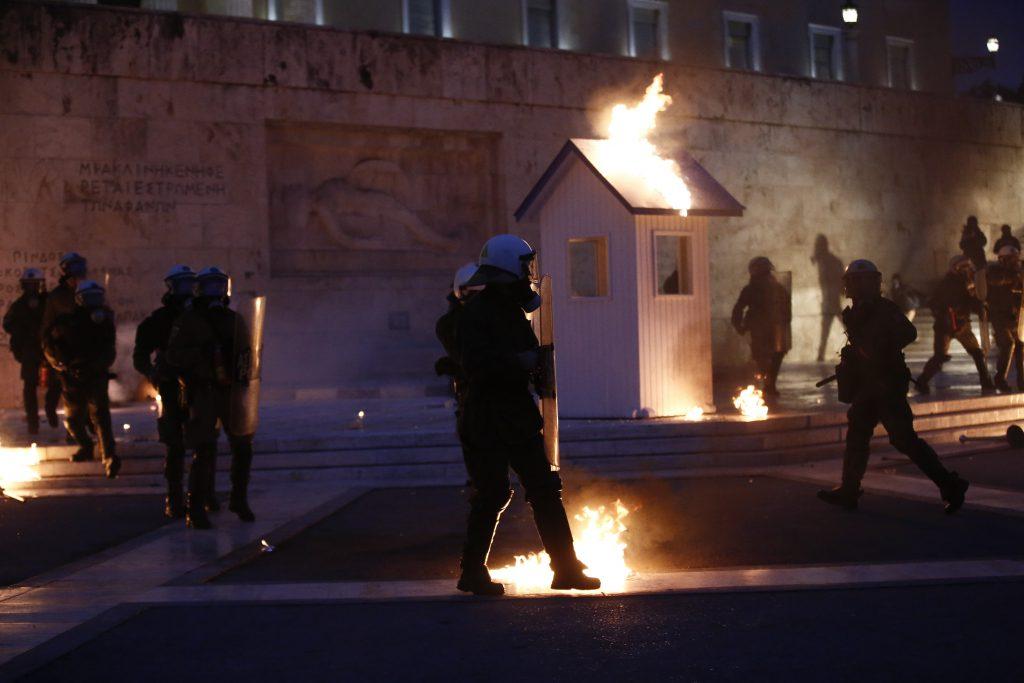 Incidente în fața Parlamentului Greciei, după ce au fost adoptate noile măsuri de austeritate