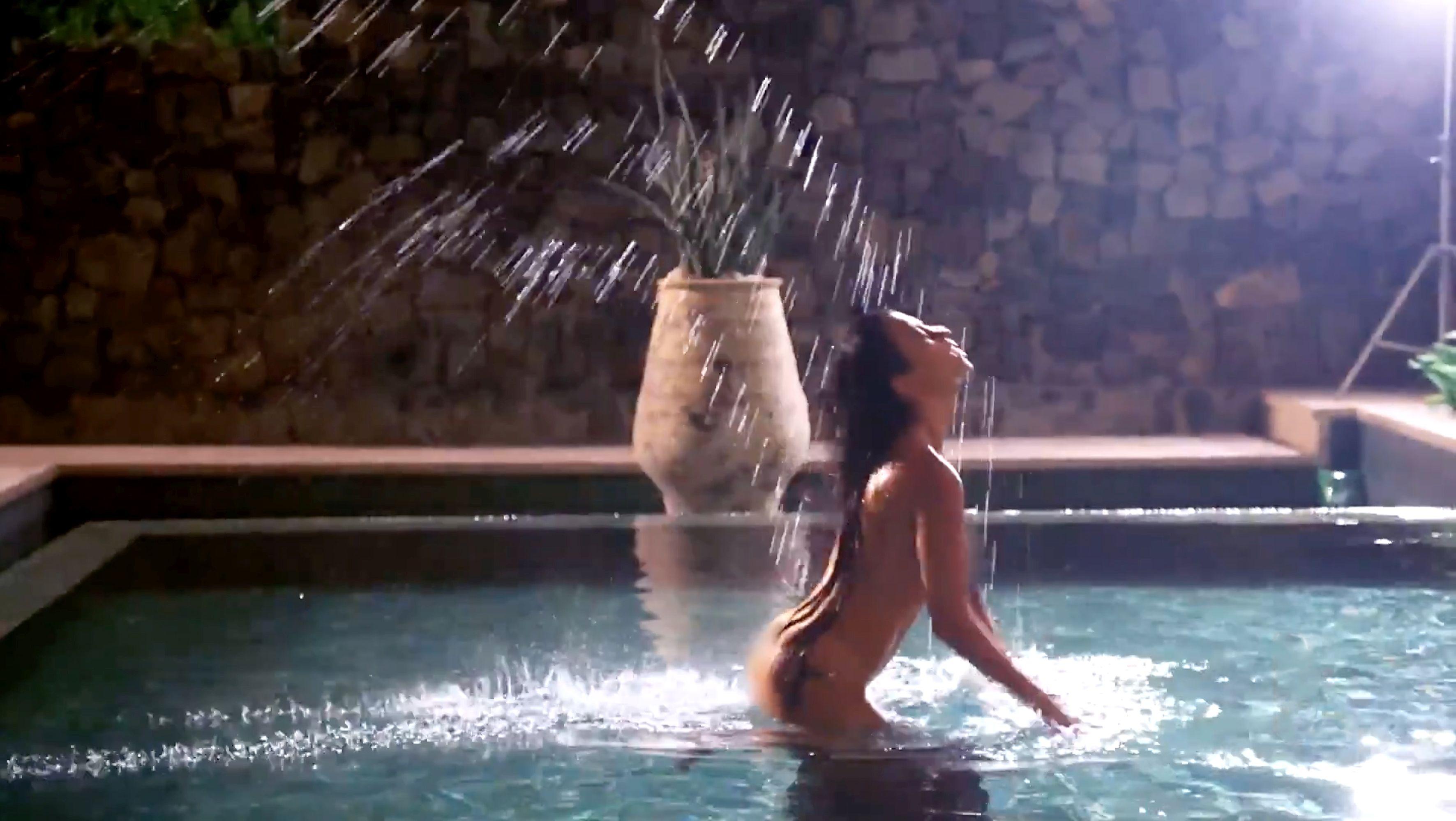 Kourtney Kardashian dezbrăcată în piscină