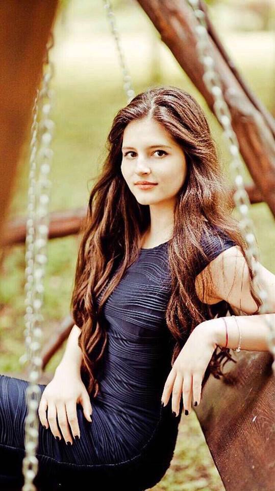 Ce mare și frumoasă s-a făcut fata lui Liviu Vârciu. Carmina seamănă leit cu tatăl ei