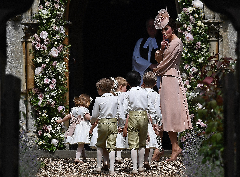 Kate Middleton îi face un semn prințului George să facă liniste, la nunta Pippei Middleton