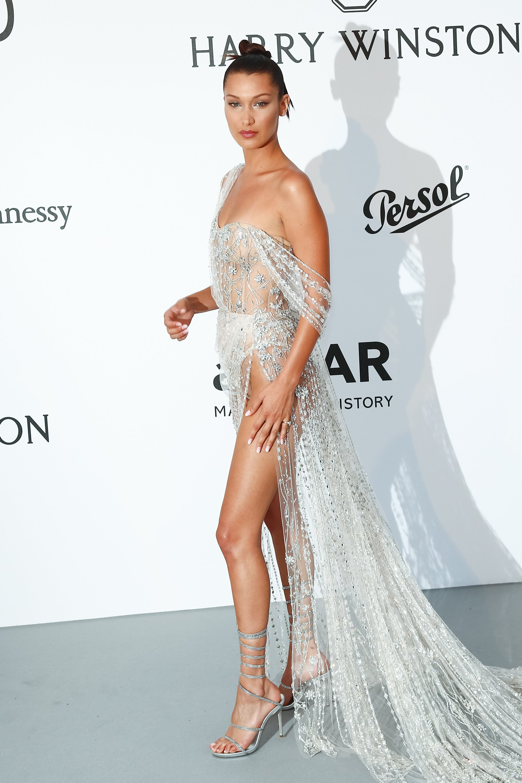 Bella Hadid a gafat din nou pe covorul roșu. Și-a arătat sânii prin rochia transparentă   FOTO