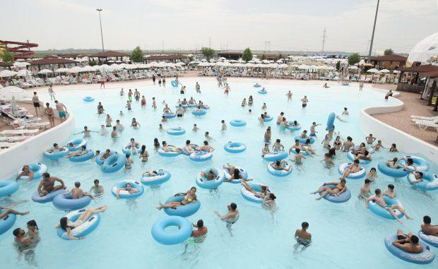 EXCLUSIV. Călduri tropicale, normative severe. Apa din piscină trebuie să fie mai curată decât cea de la robinet