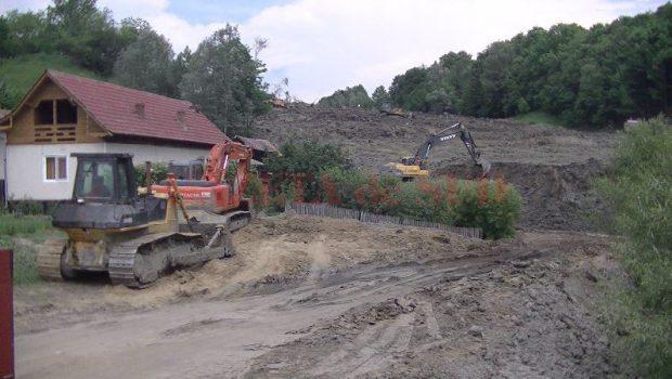 Familii evacuate din cauza alunecării de teren din Alunu