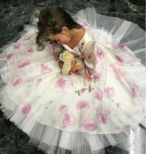 Fetița Antoniei, o mică prințesă. Ce cadou i-a făcut mama ei.
