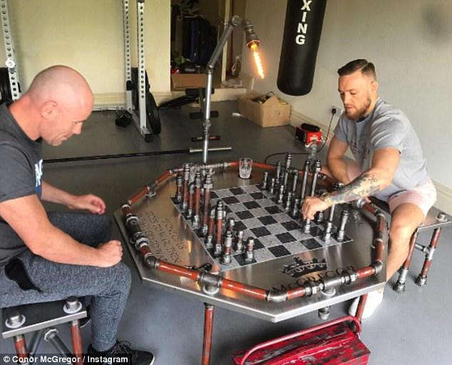 Conor McGregor, jucând șah. (FOTO: instagram.com/thenotoriousmma)