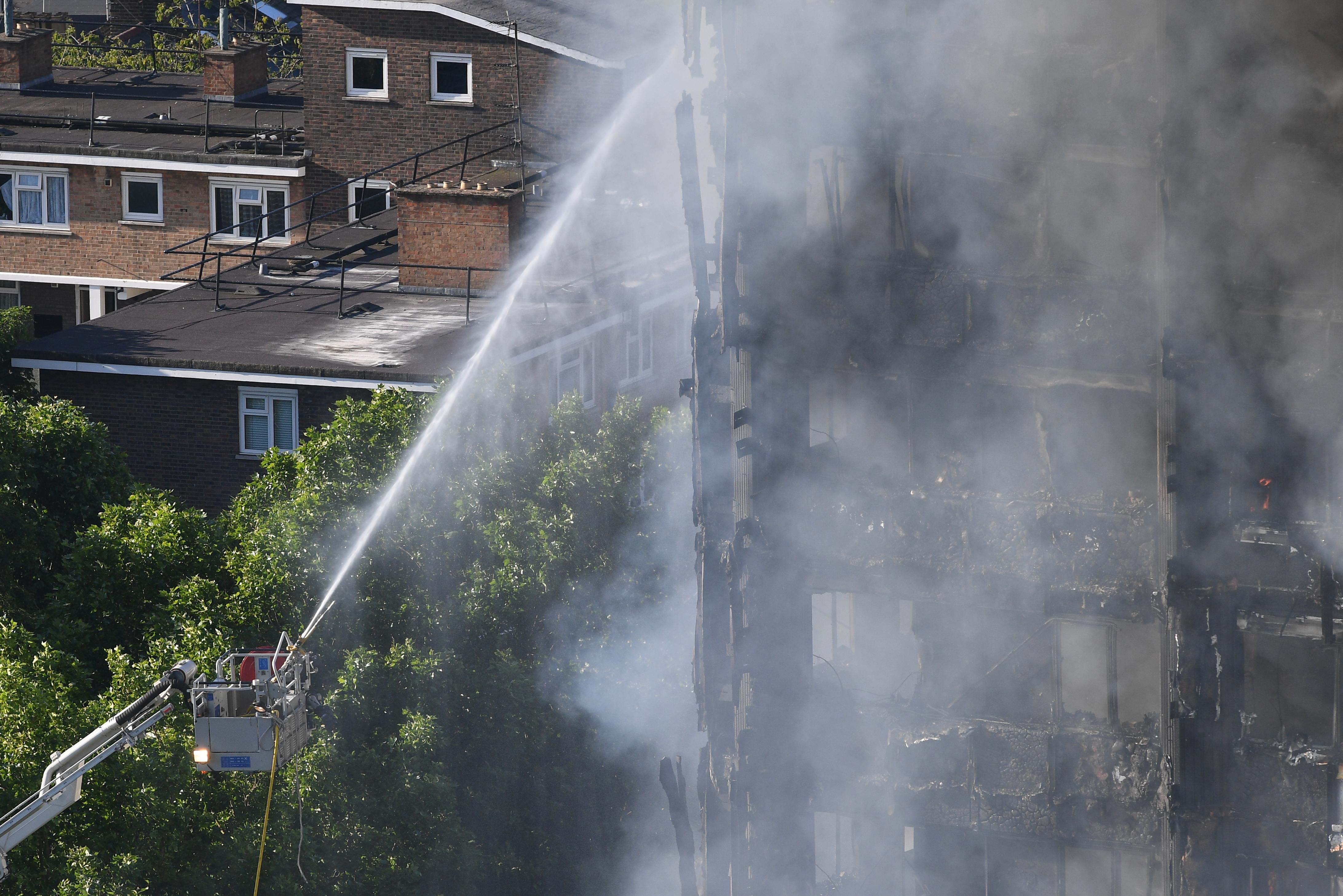 Mărturii terifiante în urma incendiului devastator din Londra. Oamenii și-au aruncat copiii de la balcon, în încercarea disperată de a le salva viața