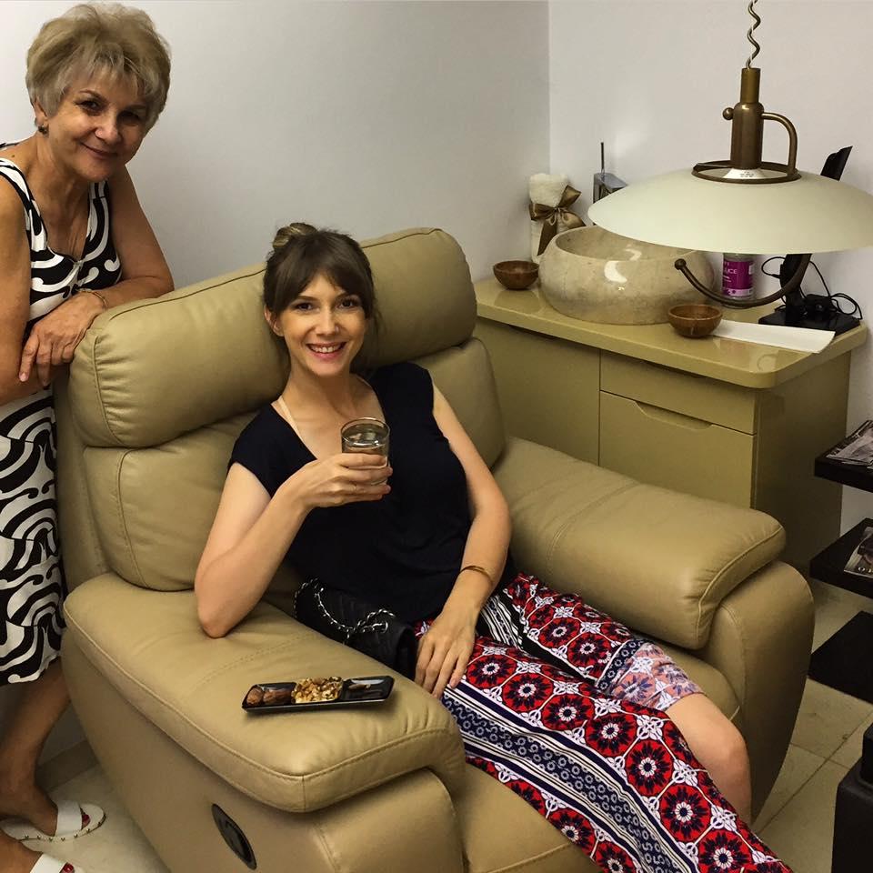 Adela Popescu și mama ei s-au răsfățat la un salon de înfrumusețare. Cum s-au pozat cele două