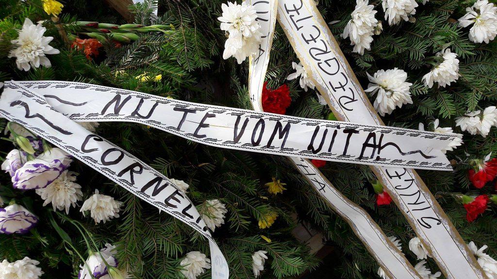 UPDATE. Denisa Manelista, înmormântată astăzi, în zi de sărbătoare. Sicriul a fost coborât în groapă | VIDEO