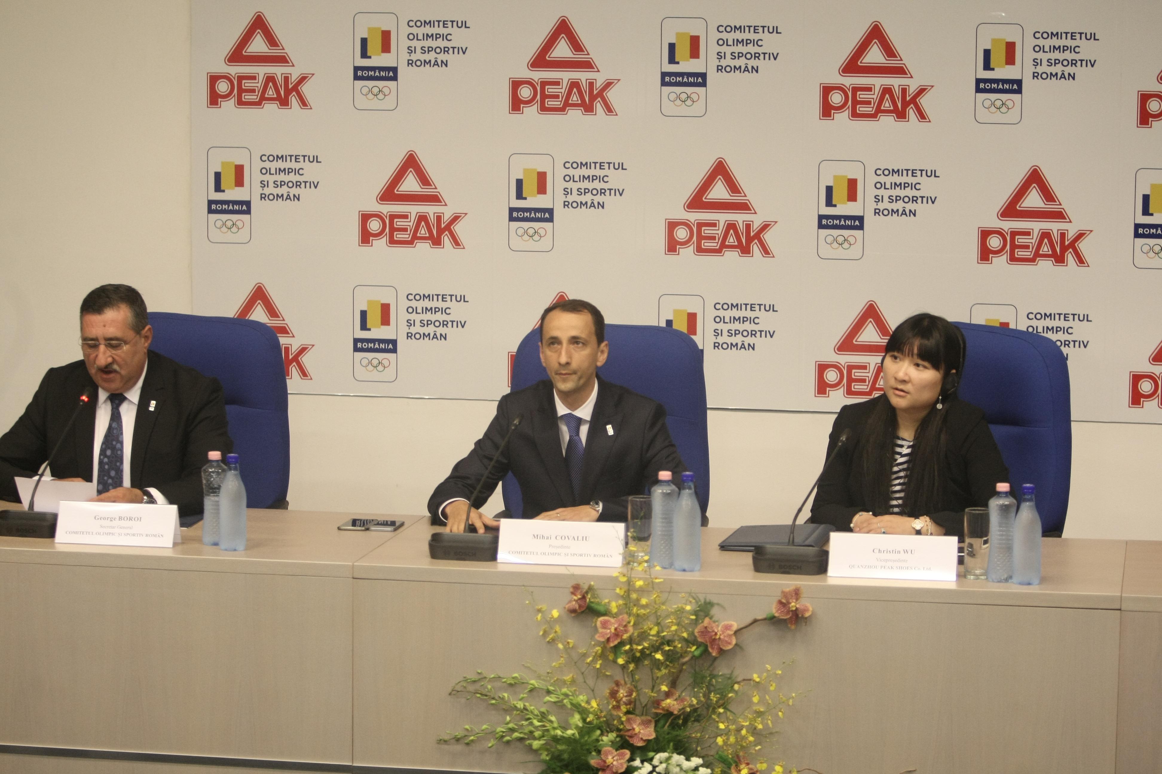 Mihai Covaliu (centru), încadrat de George Boroi (stânga) și reprezentantul firmei Peak