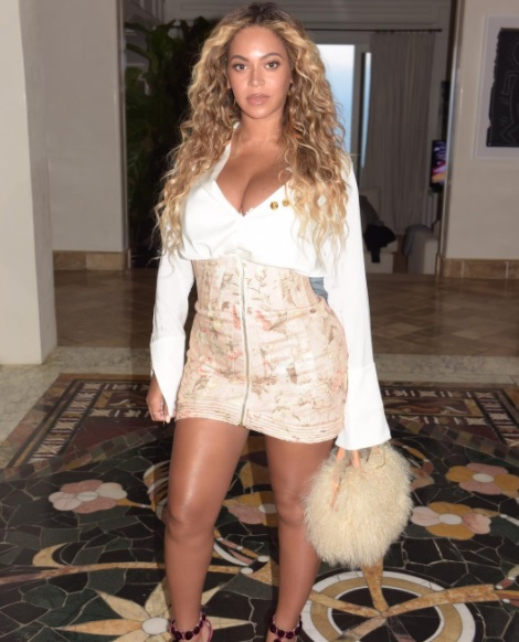 Beyonce a ieșit în oraș într-o ținută provocatoare, la o lună după ce a născut gemeni