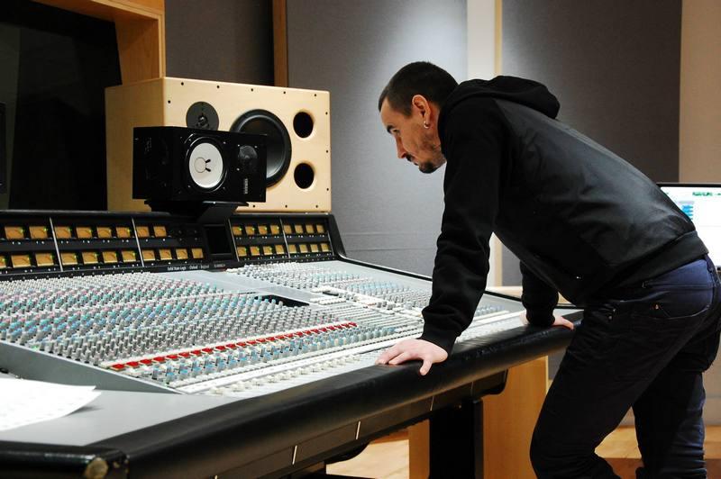 Vă mai amintiți de Cornel Sorian de la Stigma? Este producător muzical la Londra, iar noul său album se găsește în toată lumea