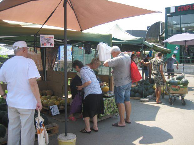 """EXCLUSIV/ Producători cu acte-n regulă vs șmecheri cu influență. """"Războiul pepenilor"""" între piețarii lui Puiu Popoviciu și Clanul Sportivilor"""