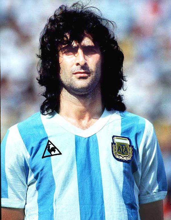 Cum arată Mario Kempes la 62 de ani. Legendarul atacant argentinian a rămas fără celebrele plete, dar e plin de păr pe piept