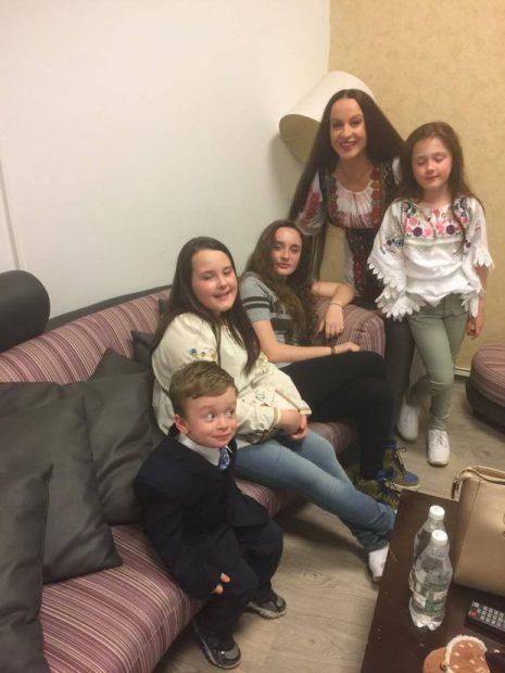 Maria Dragomiroiu si cei 4 nepoti ai sai