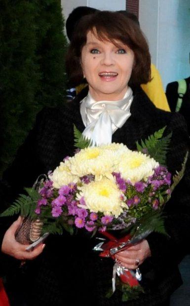 Margareta Paslaru pe covorul rosu, cu buchet de flori
