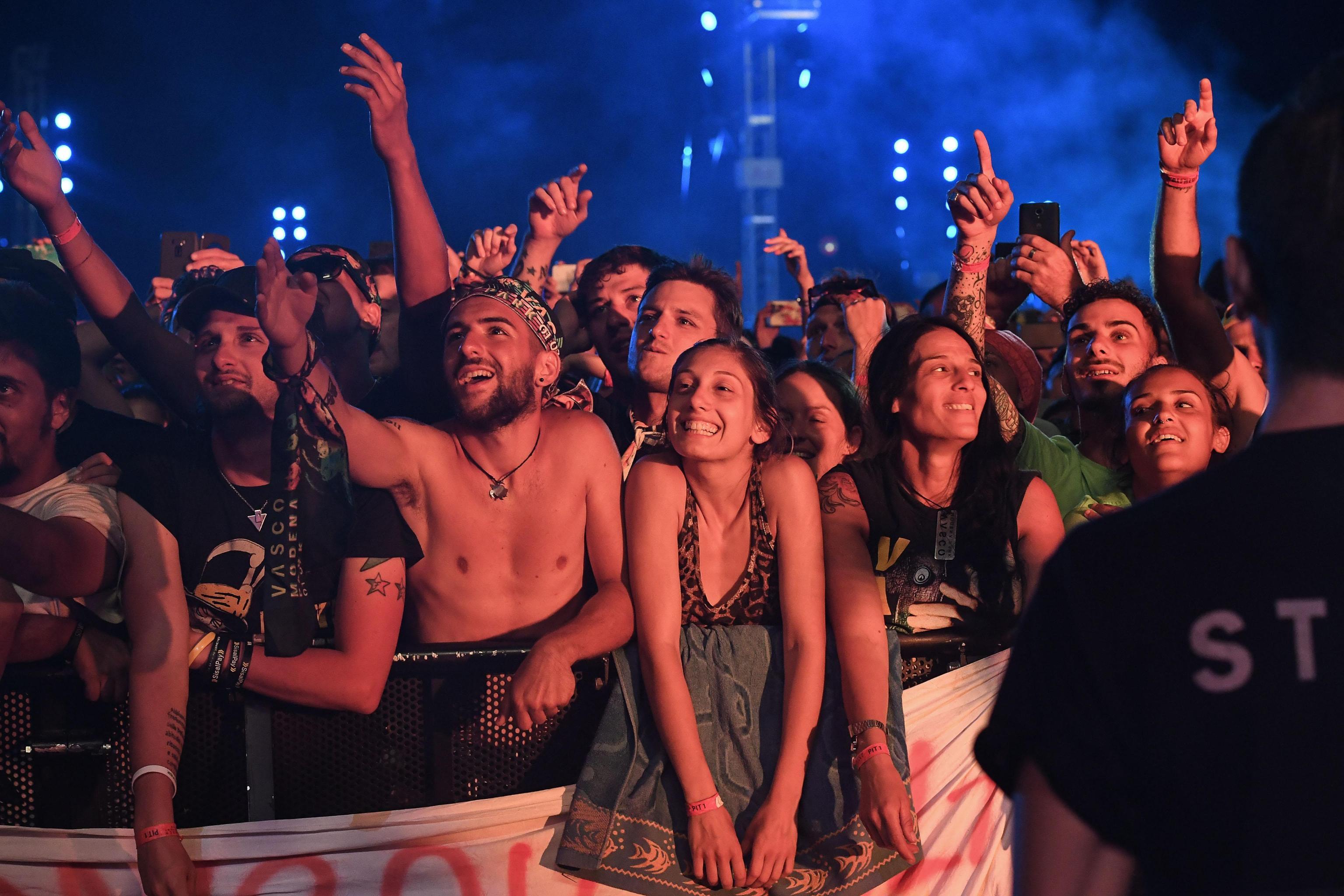 Un rocker italian a doborât recordul de bilete vândute pentru un concert. Melodia în timpul căreia femeile au rămas în sutien | VIDEO