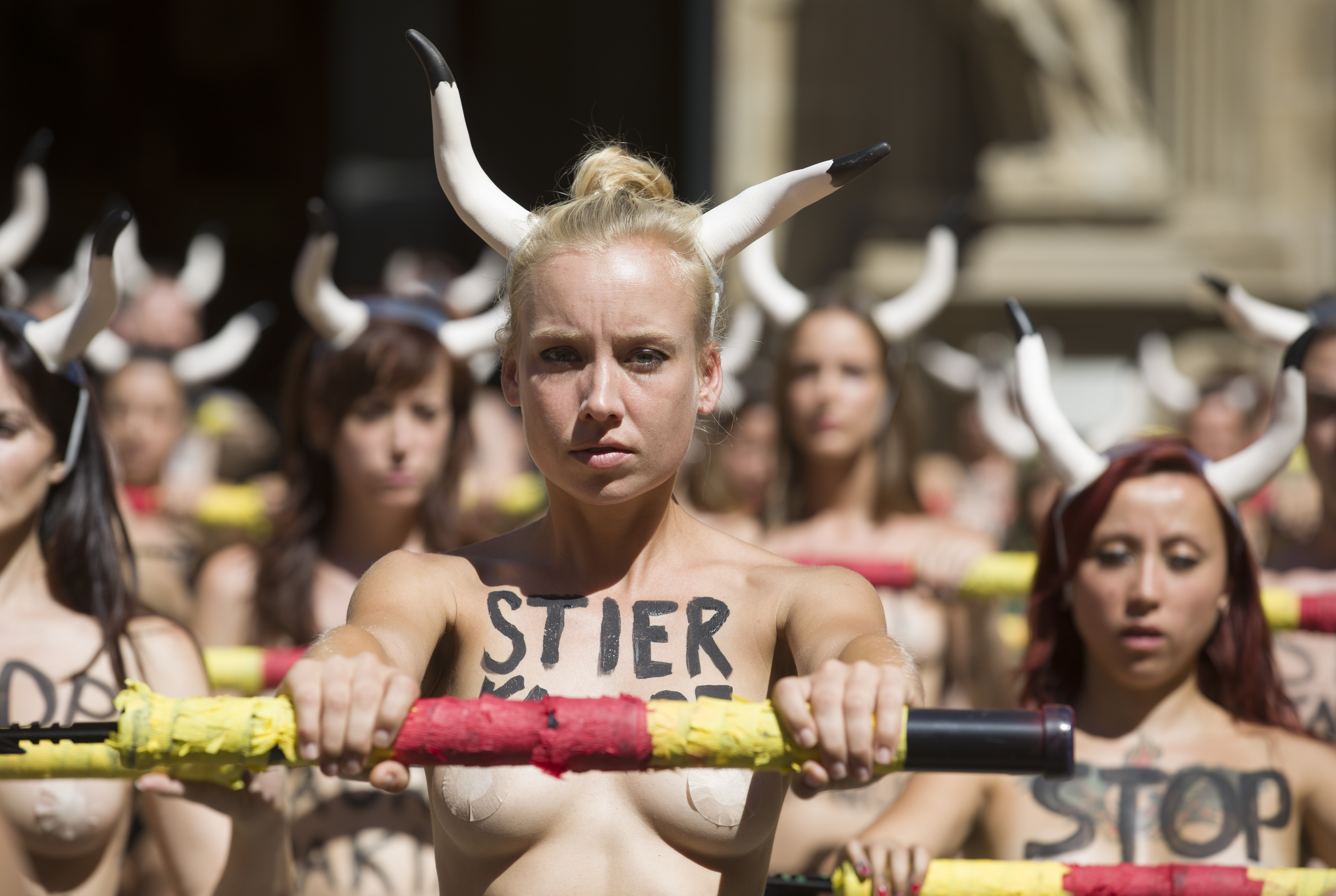 Protest topless la Pamplona față de coride și cursele cu tauri | FOTO