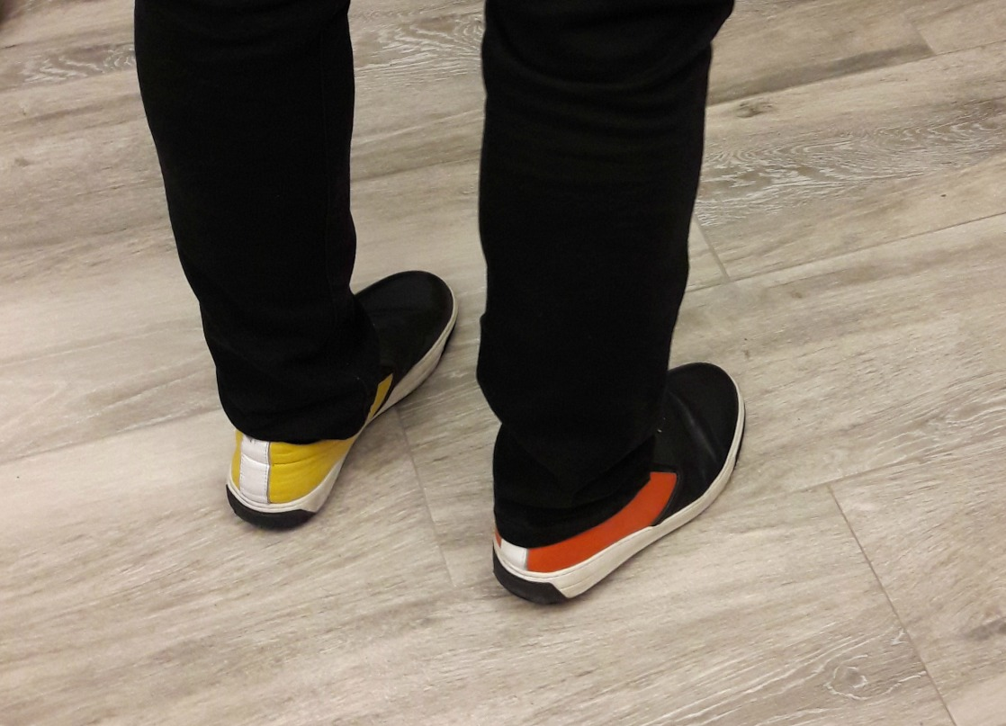 """FOTO EXCLUSIV. Gheorghe Gheorghiu e """"Omul cu un pantof roșu""""! Face senzație pe Litoral cu încălțări de culori diferite"""