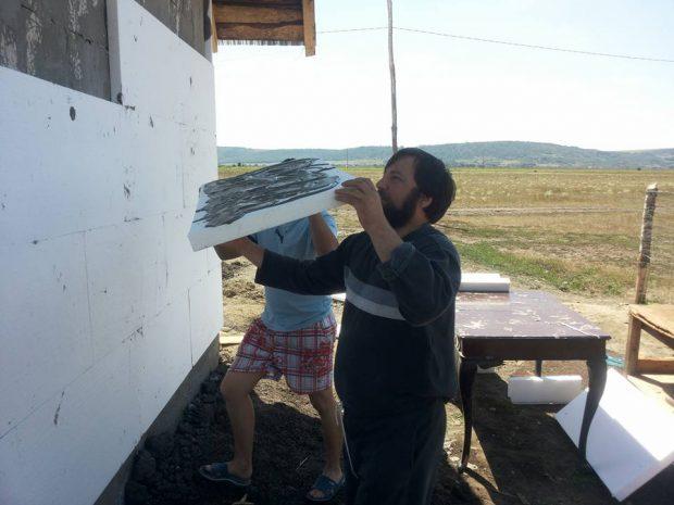 Părintele Damaschin, pe șantierul unei case. O familie nevoiașă va beneficia de ea