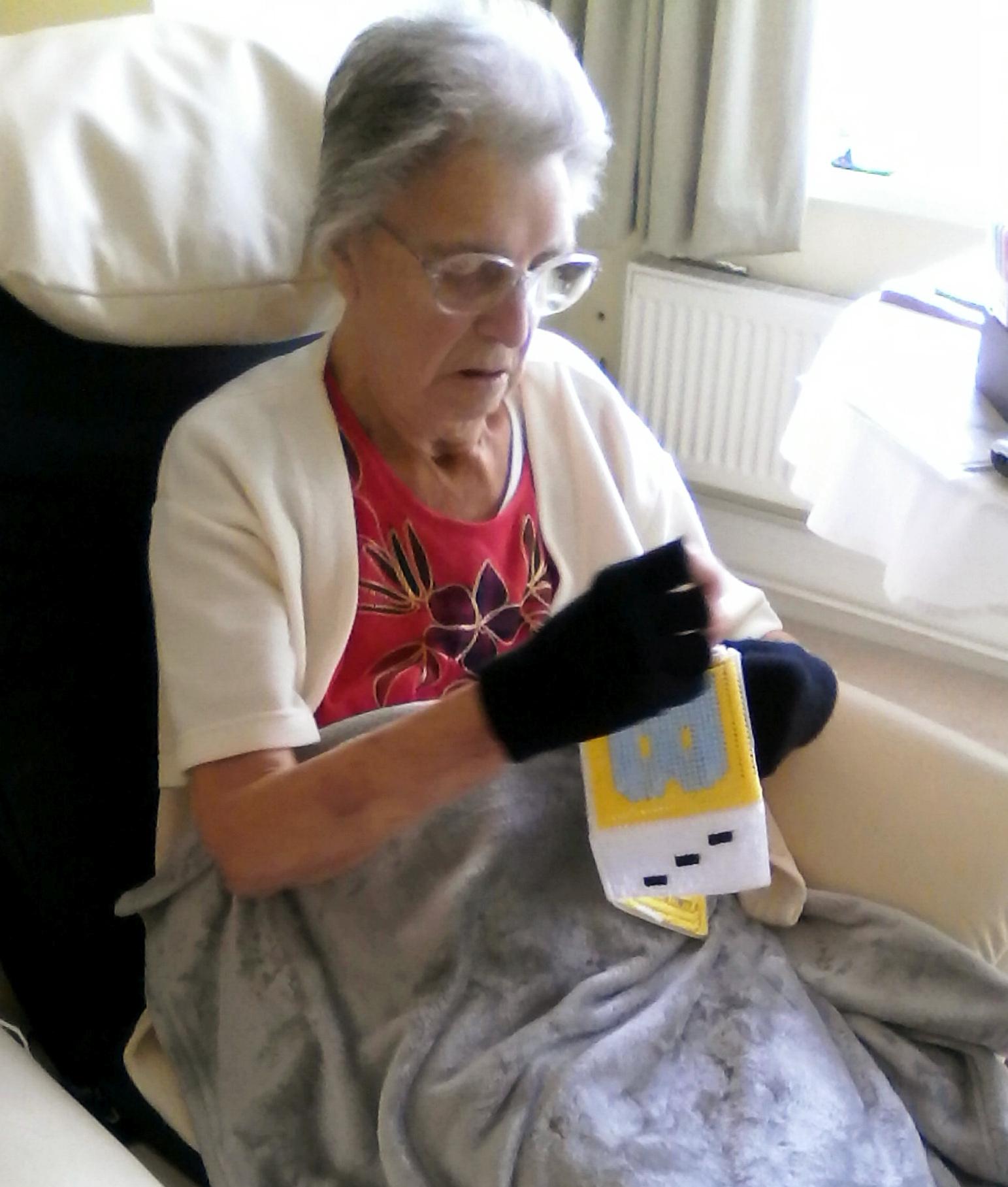 O bătrânică de 88 de ani a crezut că mai are câteva luni de trăit, așa că a început să croșeteze în așteptarea morții. Ce a ieșit