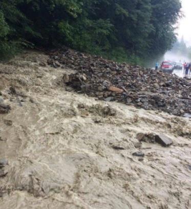 UPDATE | Pe DN 1A, între Cheia și Mâneciu, se circulă pe o bandă, alternativ. Traficul rutier fusese blocat, din cauza aluviunilor