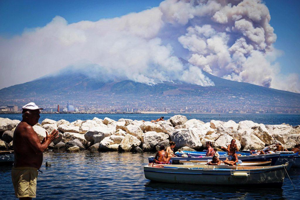 Incendii uriașe pe Vezuviu. Napoli este în alertă