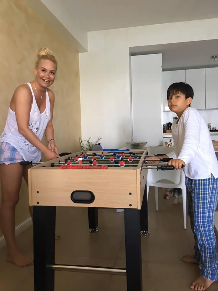 Cum se distrează Vica Blochina cu fiul ei. Se cunoaște că-i băiatul lui Pițurcă