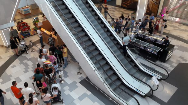 """Cum au ajuns românii să-și facă pașaport la mall. """"Internele"""" au primit cadou uriașul spațiu pe care l-au transformat în ghișee de lucru cu publicul"""