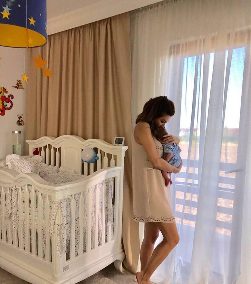 Ilinca Vandici și băiețelul ei, într-o imagine de colecție. Incredibil cum arată la două săptămâni după ce a născut