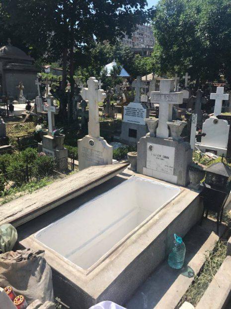 FOTO EXCLUSIV/ Marius Țeicu își înmormântează fiica în cavoul familiei. Nu s-a despărțit nici o clipă de trupul neînsuflețit